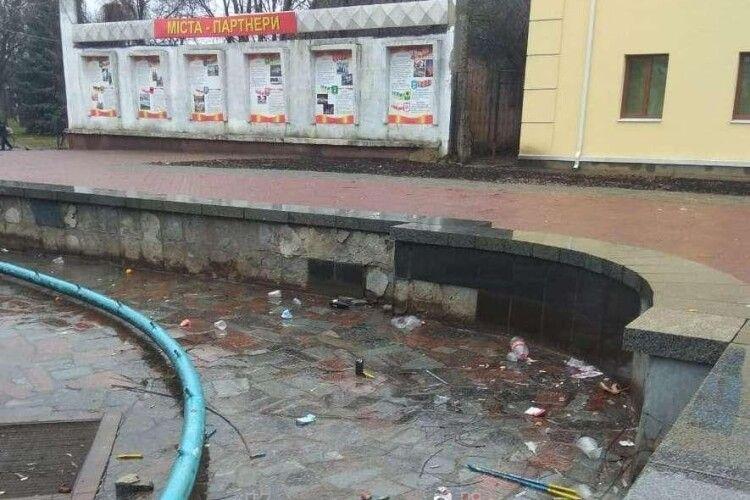 Фонтан у центрі Ковеля перетворили на звалище для сміття