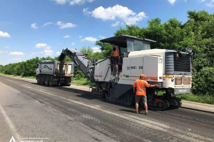 У Підддубцях біля Луцька почали ремонтувати важливу дорогу