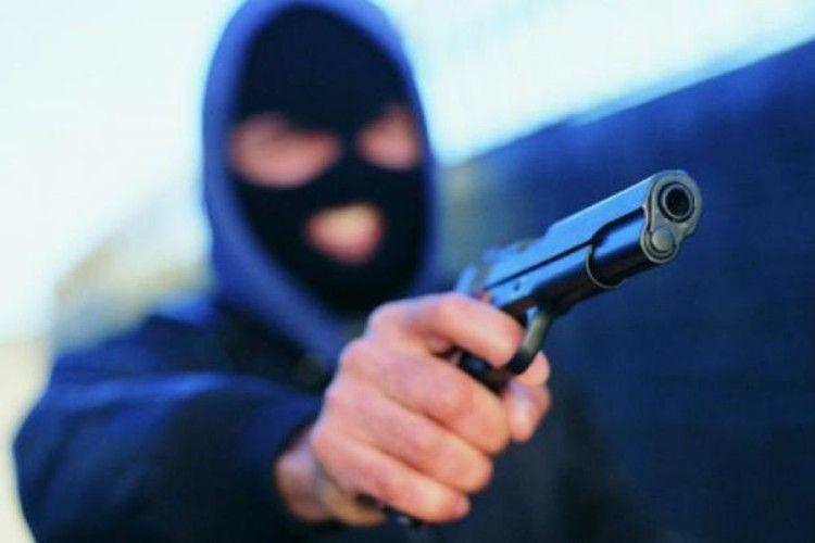 Серед білого дня всільський магазин зайшов… невідомий умасці зпістолетом