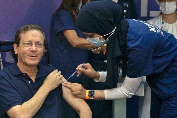 Президент Ізраїлю одержав третю дозу вакцини від коронавірусу
