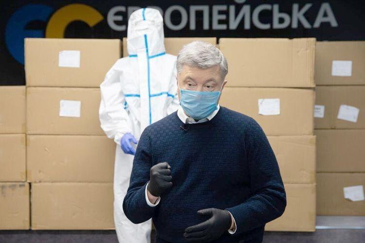 Навіть зазахисні костюми від коронавірусу Порошенкові довелося воювати зросіянами