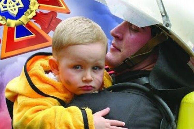 У Ратному рятувальники розблокували двері квартири, щоб визволити однорічне дитя