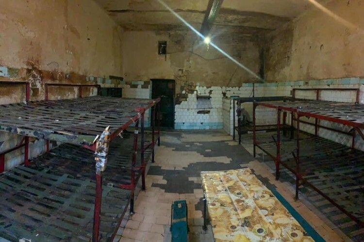 Показали страхітливу камеру Київського СІЗО до проведення ремонту (Фото)