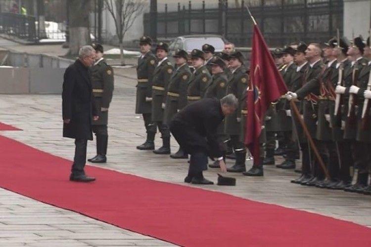 Порошенко підняв шапку солдата почесної варти (відео)
