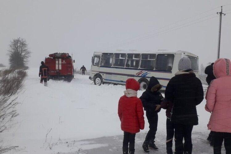 Волинські рятувальники витягнули із заметів три рейсові автобуси