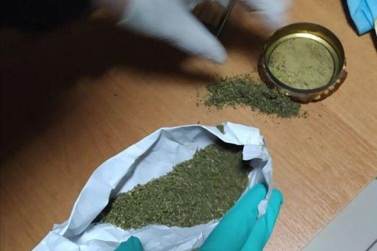 Знайшли паперовий згорток: поліцейські погрожують волинянину 5 роками обмеження волі