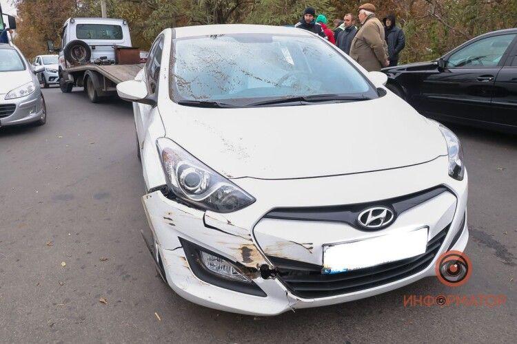 Чоловік раптово помер за кермом під час руху: Hyundai влетів у відбійник (Фото)