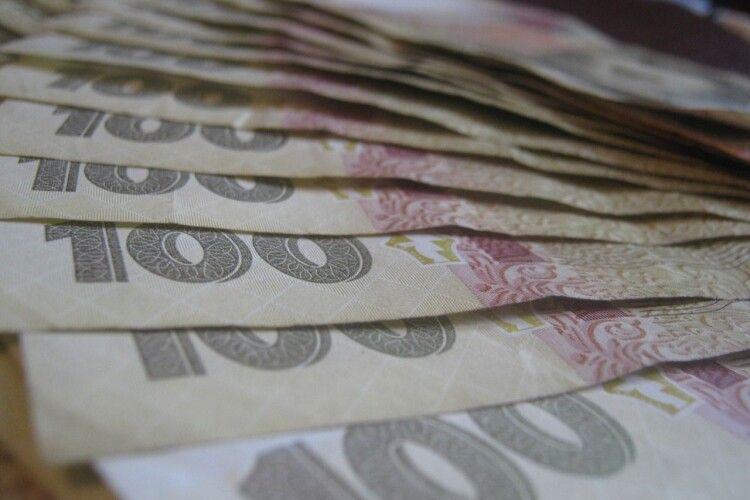 Хотів відкупитися: у Луцьку п'яний водій кинув в авто патрульних дев'ять тисяч