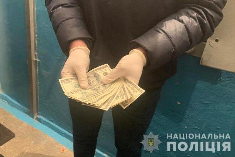 Чиновниця Волинської ОДА попалася на хабарі в 1,5 тисячі доларів (Фото)