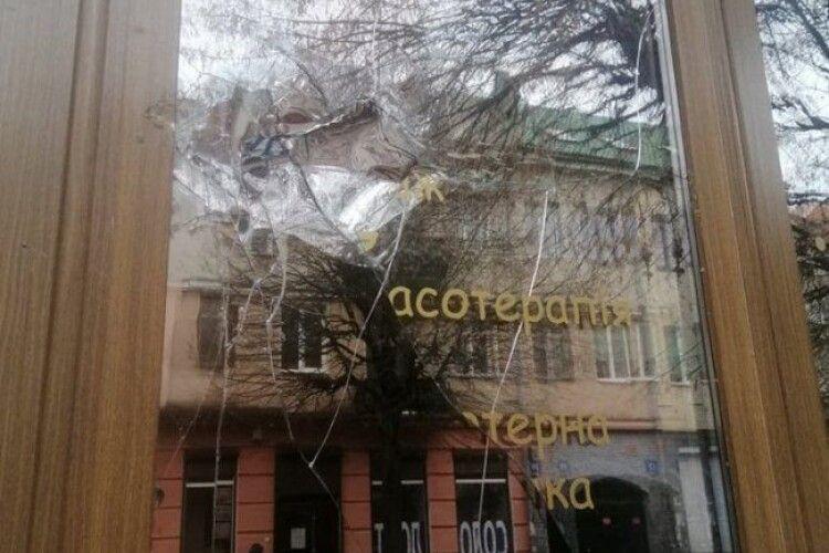 У скандальному луцькому закладі розбили вікно