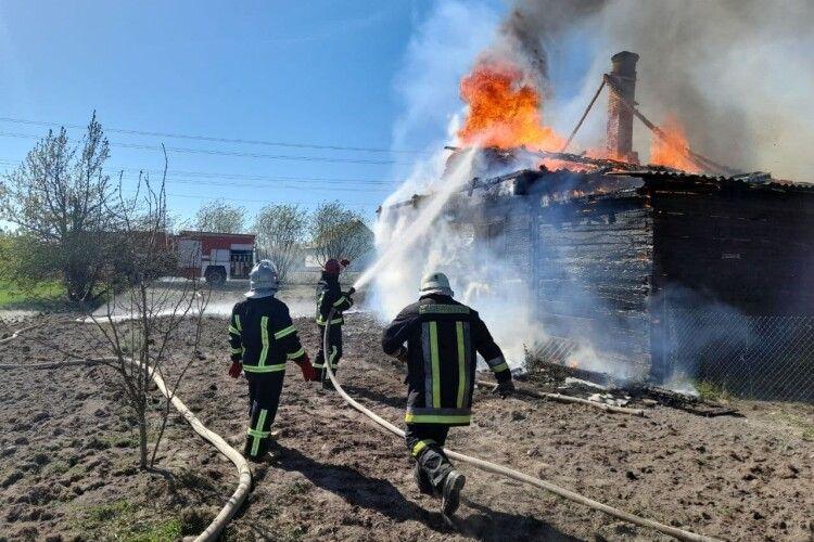 Без даху лишилось четверо дітей: сім'ї волинян, в якої згорів будинок, потрібна допомога