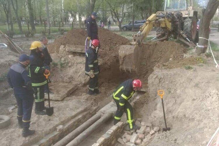 У Луцьку бійці ДСНС врятували 7 цуценят (Відео)