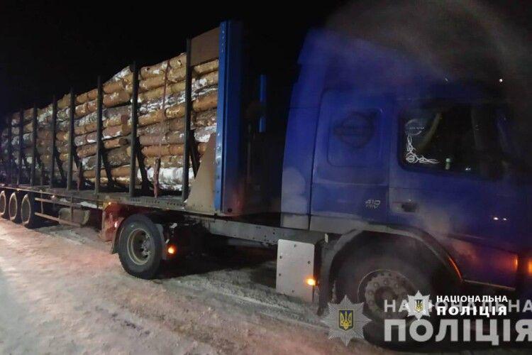 Колоди та дошки: на Волині поліція знову вилучила підозрілу деревину