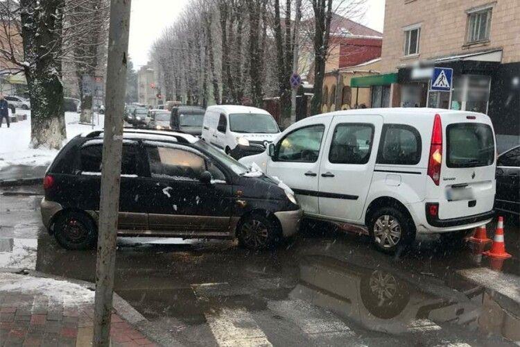 У Луцьку п'яний водій не надав перевагу і зіткнулися дві автівки