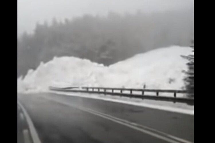 В Карпатах зійшла снігова лавина й перекрила трасу Київ-Чоп (Відео)