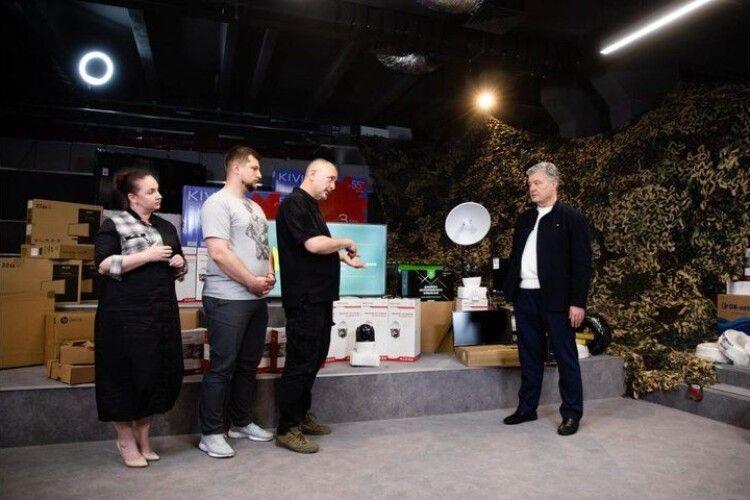 Спільна допомога військовим: Порошенко і «Справа Громад» передали на фронт новий комплект оптичної розвідки
