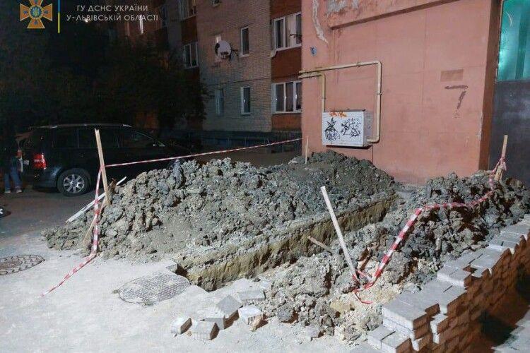 Чоловік провалився у 2-метрову яму і кликав на допомогу