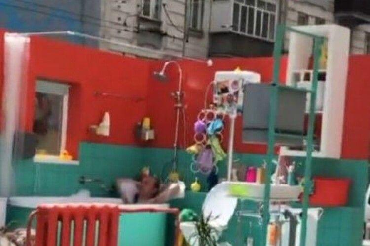 Курйоз: у центрі Києва чоловік плескався у ванній просто неба
