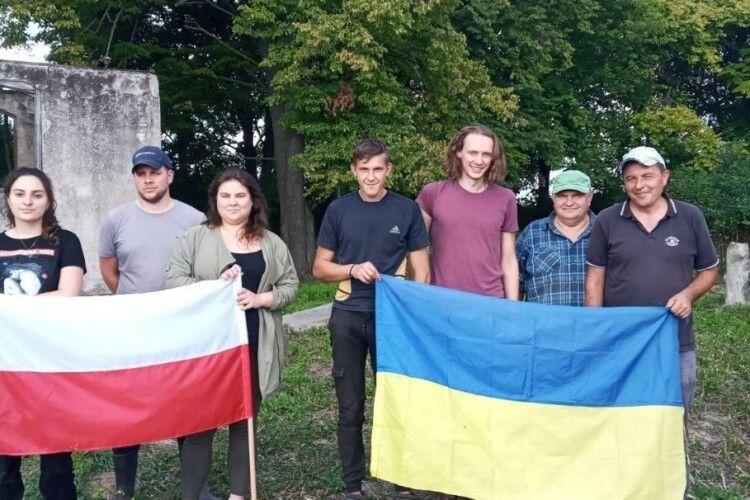 У Голобах розчистили старий польський цвинтар
