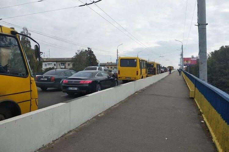 Жінка, яка впала у Луцьку вночі з мосту, не отримала жодних травм