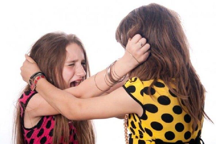 Били до крові: на Волині засудили двох дівчат, які, не поділивши хлопця, розправилися з суперницею
