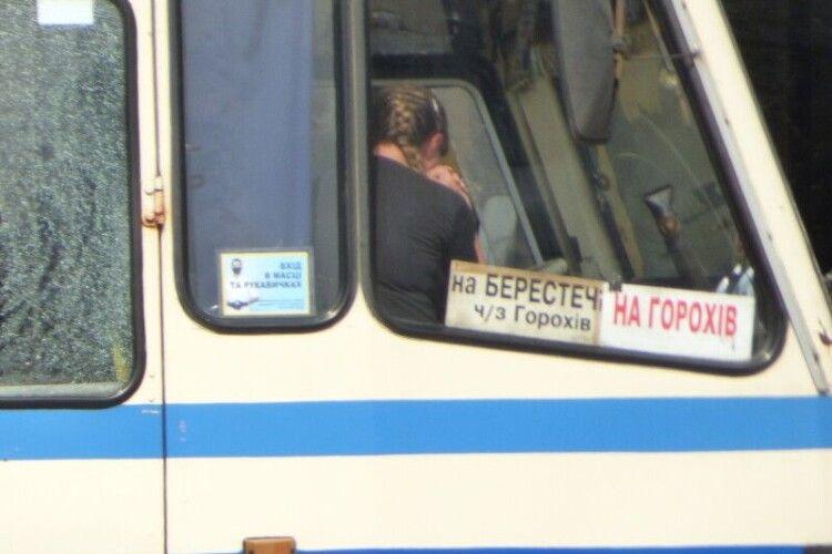 Злочинець випустив з автобуса трьох заручників