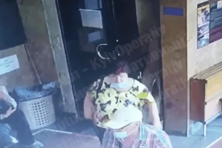 Жінки в лікарні вкрали гроші на операцію. Момент потрапив на відео