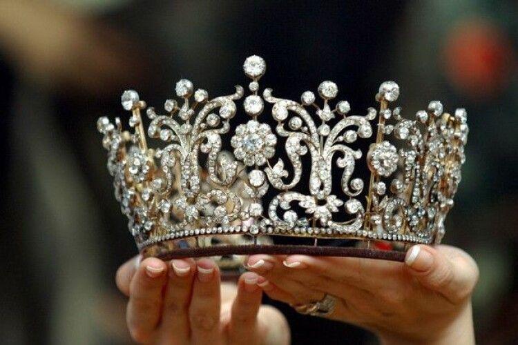 Перемогла заздрість: з королеви краси зірвали корону в прямому ефірі (Відео моменту)