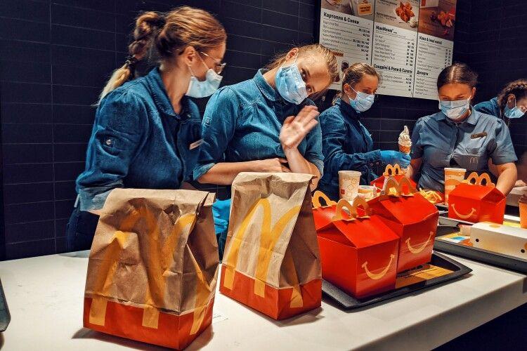 Сотні замовлень і величезна черга: як у Луцьку відкривали «МакДональдз» (Фоторепортаж)