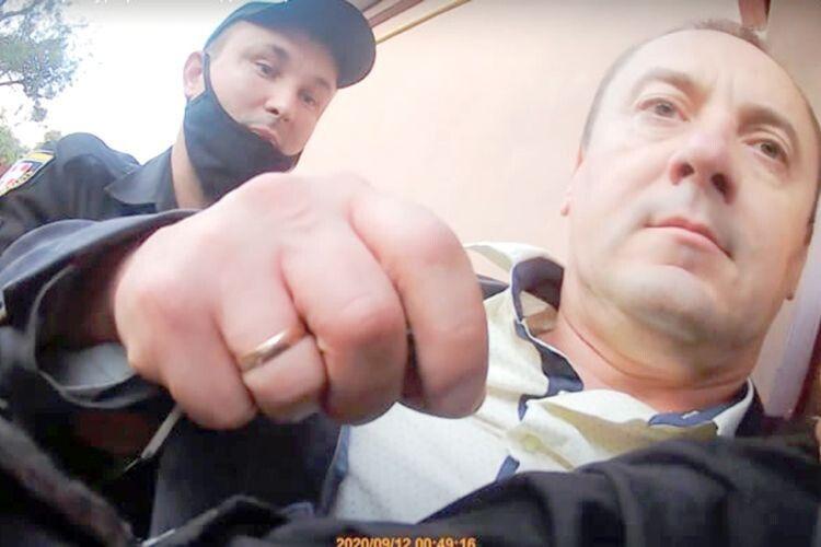 Суд поновив напосаді нововолинського прокурора,який «зібрав» мільйон переглядів відео,що показує, як вінутікав від поліції