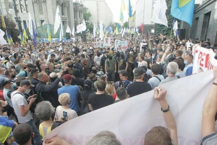 Тисячі прихильників Порошенка прийшли на Банкову передати Зеленському останнє попередження