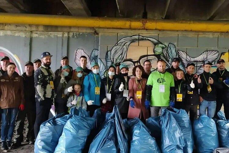 У Всесвітній день прибирання на березі Стиру у Луцьку активісти зібрали 100 кілограмів сміття