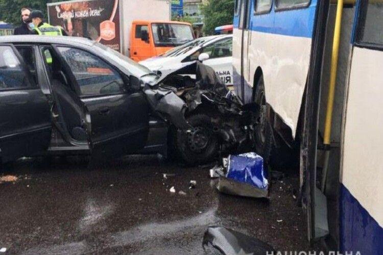 У Рівному легковик протаранив тролейбус: 4 травмованих