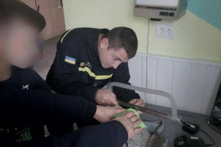Дитина встромила пальця в сковорідку: діставали рятувальники (Фото)
