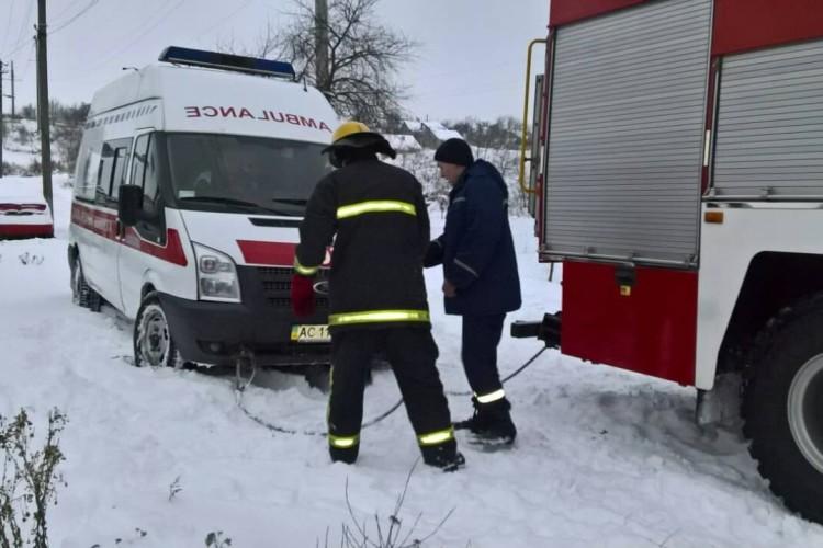 На Волині рятувальники визволяли лікарів «швидкої» із замету
