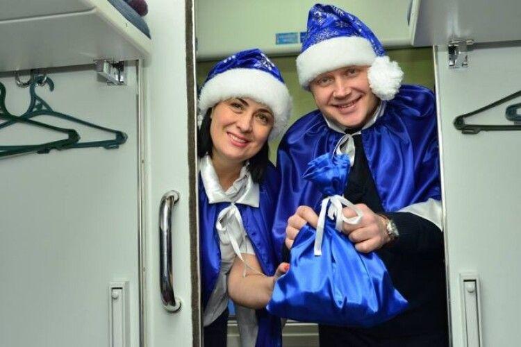 Відразу 5400 українців відкоркують новорічне шампанське в поїздах