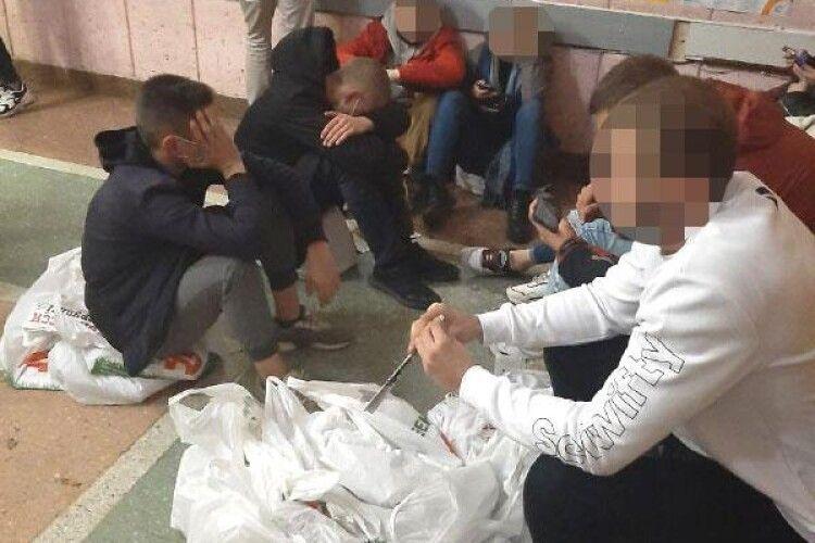 Вночі у Рівному затримали півсотні киян за розповсюдження «чорного піару» (Фото)