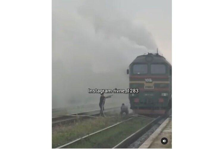 На Рівненщині спалахнув потяг (Відео)