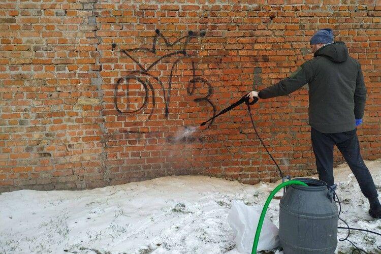 З мурів Луцького замку відмили написи вандалів (Фото)