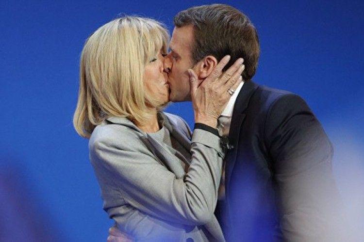 Президент Франції виявився автором еротичного роману