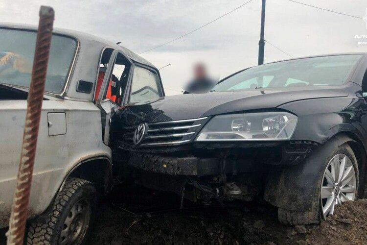 У Луцьку п'яний хлопець на викраденій машині протаранив паркан і врізався у припарковані авто  (Фото)