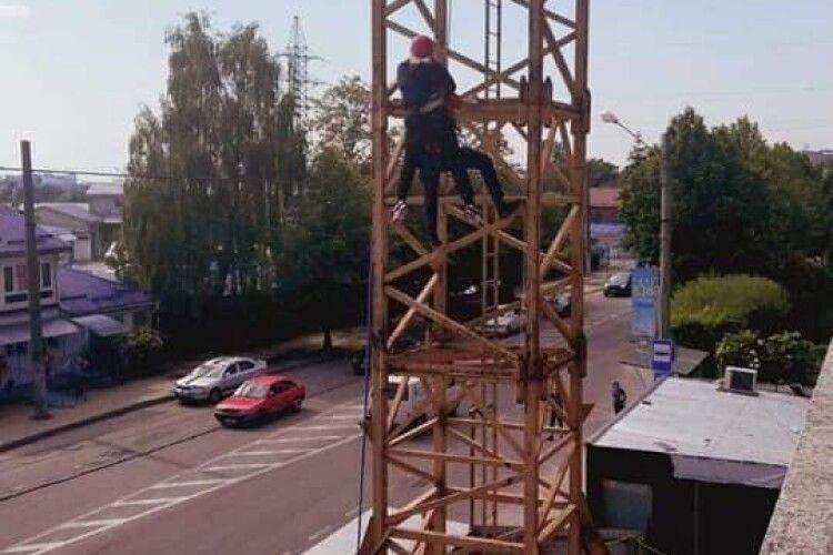 Бійцям ДСНС довелося знімати з 30-метрової висоти 36-річну кранівницю, якій стало зле на робочому місці (Фото)