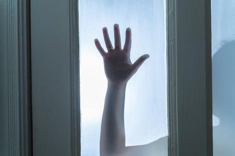 На Рівненщині відправили до психлікарні жінку, яка застрелила свого чоловіка та намагалася вбити власну доньку