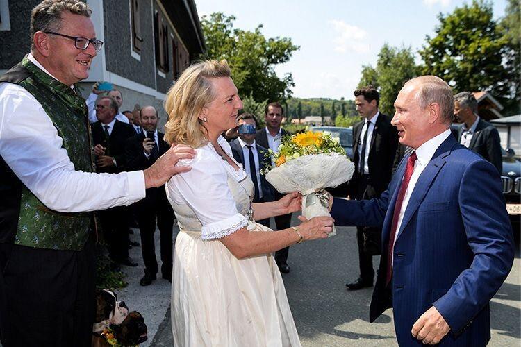 Ексміністерку МЗС Австрії,  яку видавав заміж Путін, побив чоловік