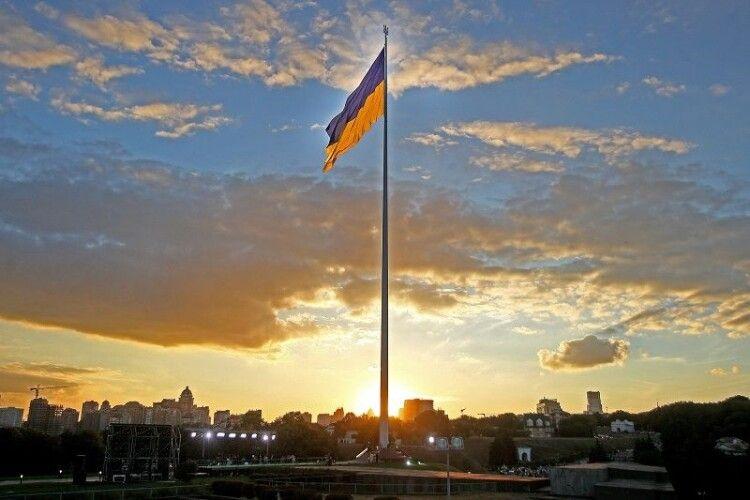 Через негоду в Києві на 10 метрів приспустять головний прапор України