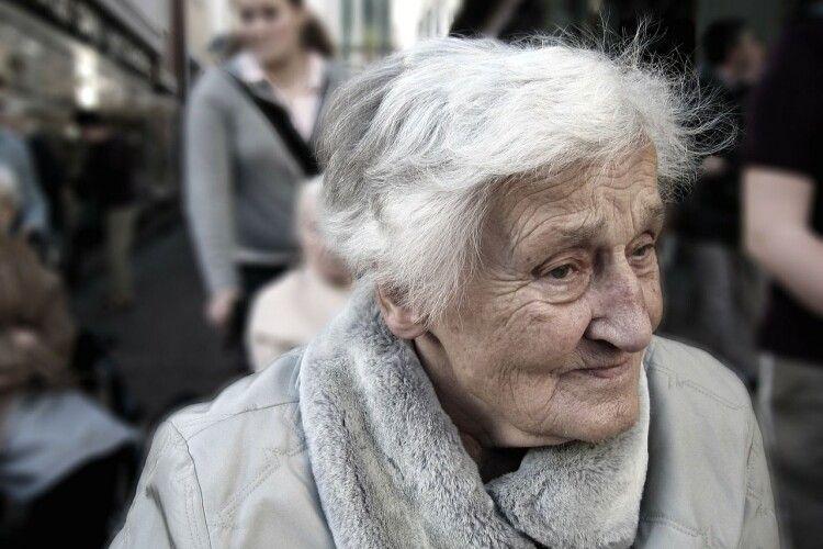 Весь у крові: бабуся побила злодія, який вкрав у неї сумку (Фото)