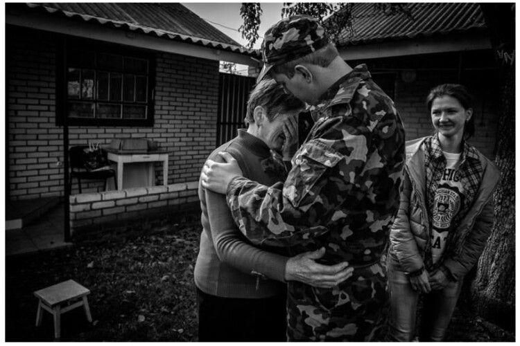 Історія одного фото: вчитель з Маневиччини прощається  з мамою та сестрою перед тим, як поїхати на війну