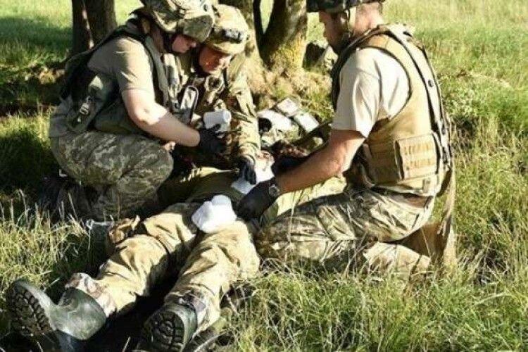 На Донбасі російські окупанти тяжко поранили українського військового