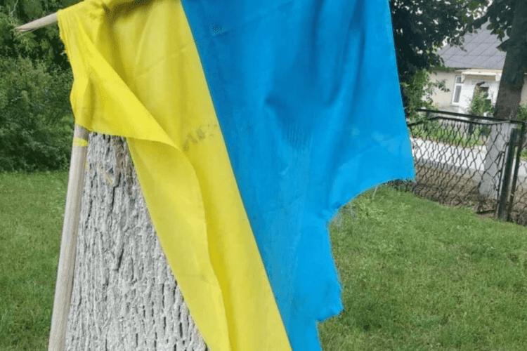 На Волині хлопця, який вчинив наругу над Державним прапором України, відправили під домашній арешт