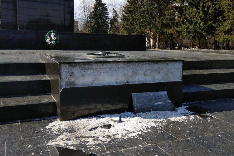 У Луцьку на Меморіалі невідомі відбили шматок плити